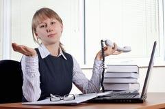 Giovane donna in ufficio immagine stock libera da diritti