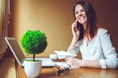 Giovane donna in ufficio che parla al telefono Prenda un concetto della rottura Fotografia Stock Libera da Diritti