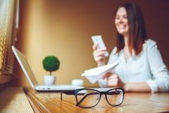 Giovane donna in ufficio che parla al telefono Prenda un concetto della rottura Fotografia Stock