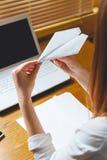 Giovane donna in ufficio Prenda un concetto della rottura Fotografia Stock