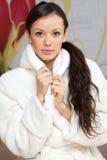 Giovane donna in un abito bianco Immagini Stock Libere da Diritti