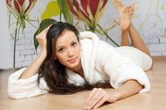 Giovane donna in un abito bianco Fotografie Stock