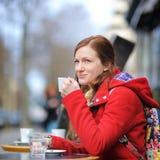 Giovane donna in un caffè della via immagini stock libere da diritti