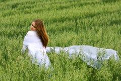 Giovane donna in un campo. Fotografia Stock
