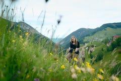 Giovane donna in un campo dei fiori fotografie stock