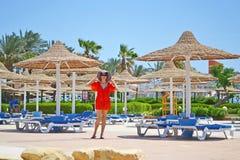 Giovane donna in un cappello sulla vacanza ad un hotel fotografia stock libera da diritti