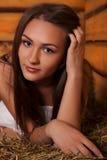 Giovane donna in un hayloft Fotografie Stock Libere da Diritti