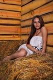 Giovane donna in un hayloft Immagini Stock