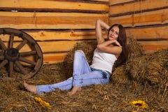 Giovane donna in un hayloft Immagini Stock Libere da Diritti