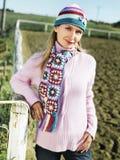 Giovane donna in un maglione dentellare Fotografia Stock Libera da Diritti