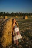 Giovane donna in un mucchio di fieno Fotografie Stock