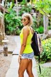 Giovane donna in un parco della giungla Immagini Stock