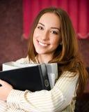 Giovane donna in un ufficio con dispositivi di piegatura Fotografia Stock