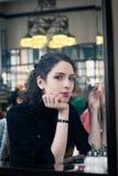 Giovane donna in un vecchio caffè europeo alla moda Fotografia Stock