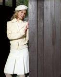 Giovane donna in un vestito bianco con il berreto Fotografie Stock