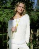 Giovane donna in un vestito bianco nella campagna Fotografia Stock Libera da Diritti