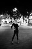 Giovane donna in una città alla notte Fotografia Stock Libera da Diritti