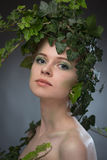 Giovane donna in una corona delle foglie Immagine Stock