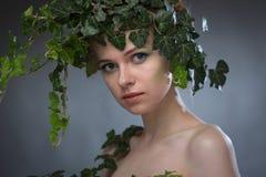 Giovane donna in una corona delle foglie Fotografie Stock