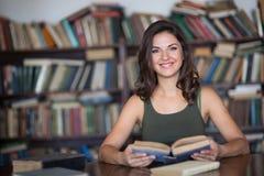 Giovane donna in una libreria Immagini Stock