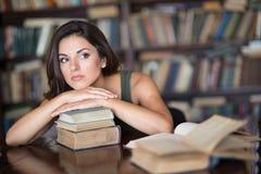 Giovane donna in una libreria Fotografia Stock