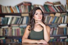 Giovane donna in una libreria Fotografie Stock
