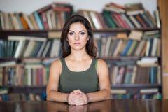 Giovane donna in una libreria Immagini Stock Libere da Diritti