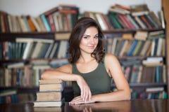 Giovane donna in una libreria Immagine Stock