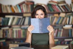 Giovane donna in una libreria Fotografia Stock Libera da Diritti
