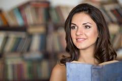 Giovane donna in una libreria Immagine Stock Libera da Diritti