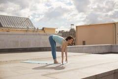 Giovane donna in una posa di andata della curvatura di yoga Fotografie Stock Libere da Diritti