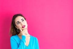 Giovane donna in una posa premurosa Fotografie Stock Libere da Diritti