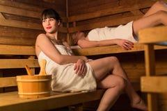 Giovane donna in una sauna Fotografia Stock
