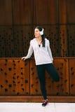 Giovane donna urbana di forma fisica che allunga il quadricipite delle gambe Immagine Stock Libera da Diritti
