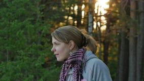 Giovane donna vaga che gode del sole vicino alla vista sul mare baltica nordica della foresta e del mare 4k UHD video d archivio