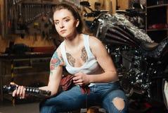 Giovane donna valida che posa sulla macchina fotografica Fotografie Stock Libere da Diritti