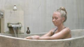 Giovane donna in vasca stock footage