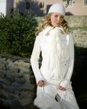 Giovane donna in vestiti bianchi con la protezione Fotografie Stock