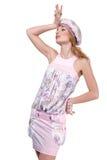 Giovane donna in vestiti chiari su una priorità bassa bianca Immagini Stock