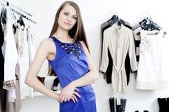 Giovane donna in vestiti d'acquisto del viale Immagini Stock