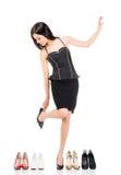 Giovane donna in vestiti di affari che provano le nuove scarpe Immagini Stock Libere da Diritti