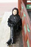 Giovane donna in vestiti di pelliccia scura Fotografie Stock Libere da Diritti
