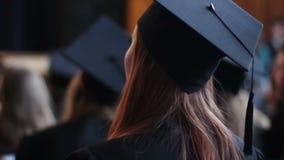 Giovane donna in vestito accademico e cappuccio che applaudono, speranze per riuscito futuro video d archivio