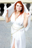 Giovane donna in vestito antico bianco Fotografie Stock