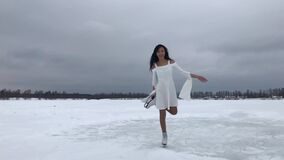 Giovane donna in vestito bianco stock footage
