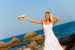 Giovane donna in vestito bianco con il cappello di paglia. Immagine Stock
