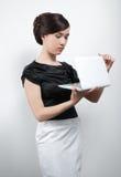 Giovane donna in vestito in bianco e nero con il computer portatile immagini stock