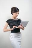 Giovane donna in vestito in bianco e nero con il computer portatile fotografie stock