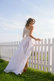 Giovane donna in vestito bianco lungo immagini stock libere da diritti