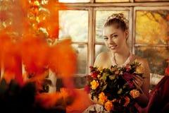 Giovane donna in vestito d'annata sul portico di autunno Ragazza di bellezza nel fa Fotografie Stock